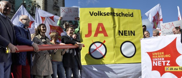 The initiative for a rebuy of the grid protesting in Hamburg. (Photo by UNSER HAMBURG – UNSER NETZ)