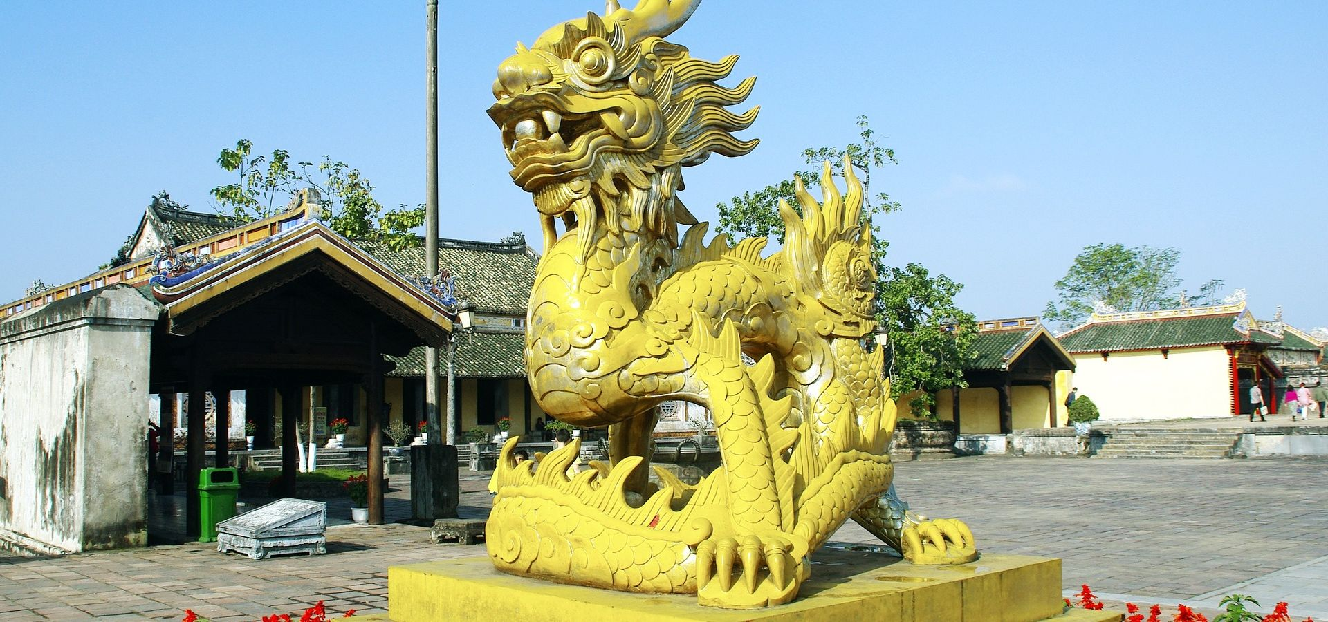 A statue of a yellow dragon