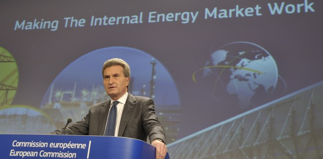 Commissioner Oettinger speaking at a press conference.