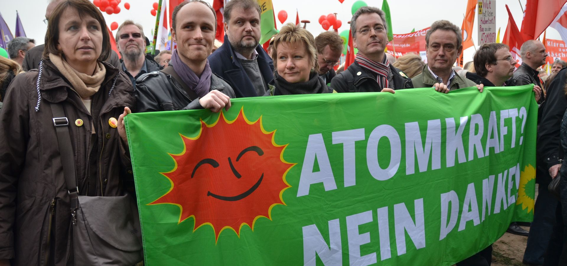 "People are demonstrating and holding a banner which says ""No to nuclear energy"" in German."