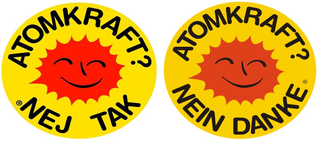 Zwei Buttons nebeneinander, beide zeigen eine schmunzelnde rote Sonne, um sie herum steht die Aufschrift Atomkraft? Nein Danke, links auf Dänisch, rechts auf Deutsch